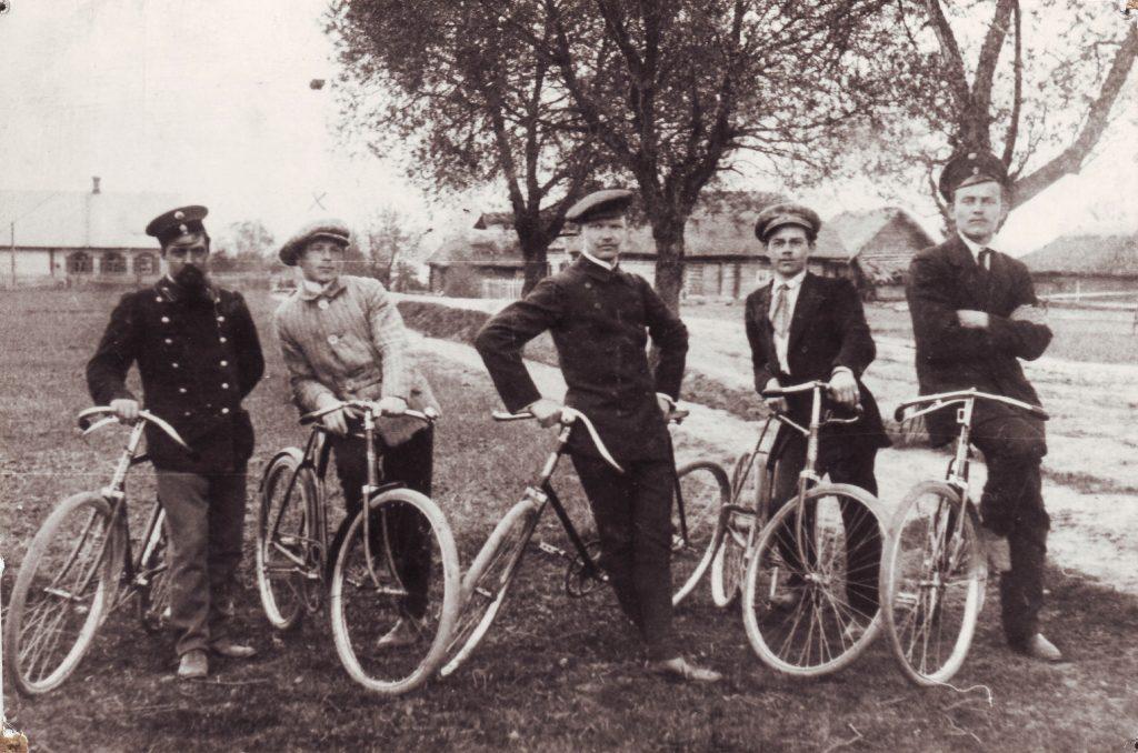 Juozas Gruodis (viduryje) ir jo draugai su dviračiais Alantoje apie 1914 metai