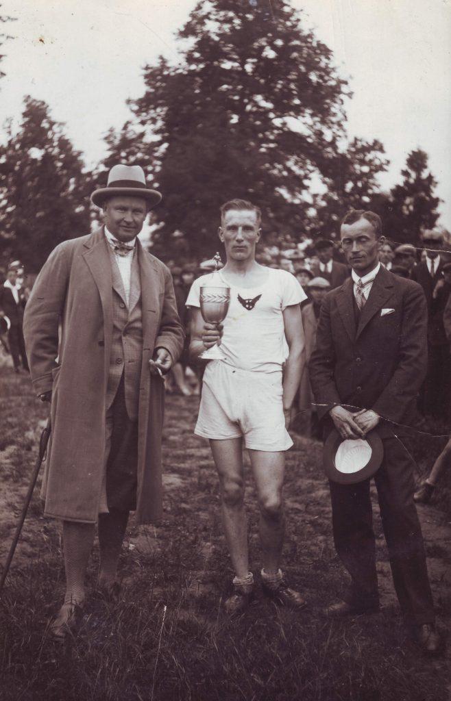 Nuotraukoje Kipras Petrauskas (kairėje) su lengvaatlečiu J. Petraičiu. 1927 metai, Kaunas