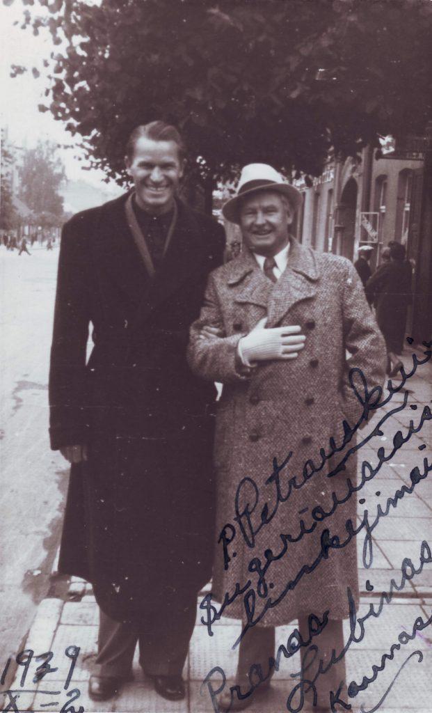 Nuotraukoje Kipras Petrauskas (dešinėje) su Lietuvos krepšinio rinktinės kapitonu, Europos čempionu P. Lubinu. 1939 metai, Kaunas